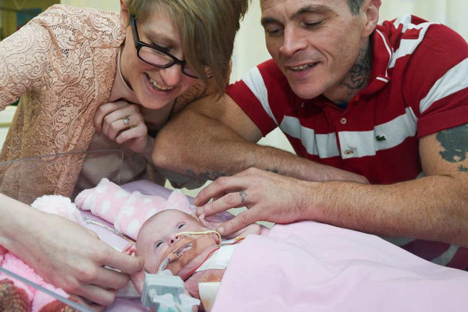 Ihre Eltern Naomi Findlay und Dean Wilkins sind unglaublich glücklich, dass die kleine überlebt hat.