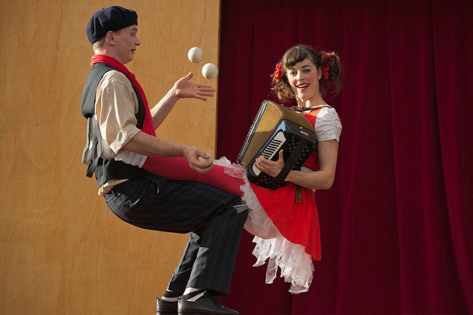 Martin und Aline Del Torre vom Schweizer Wandertheater Compagnie Pas de Deux zeigen in Chemnitz fantasievolle Gaukelei.