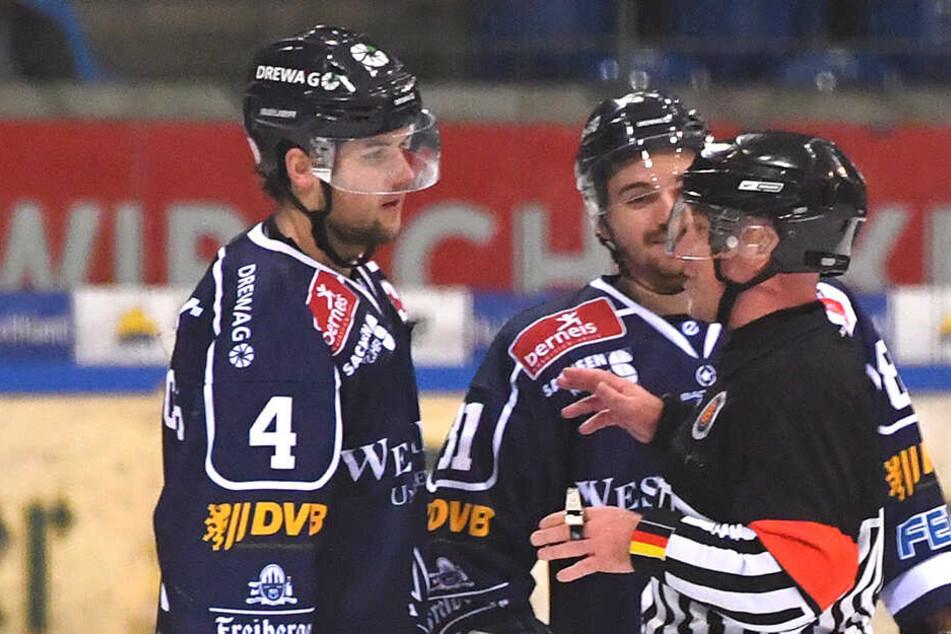 Die Eislöwen-Spieler Steve Hanusch (l.) und Chris Billich (M.) hatten die eine oder andere Frage an Schiri Carsten Lenhart.
