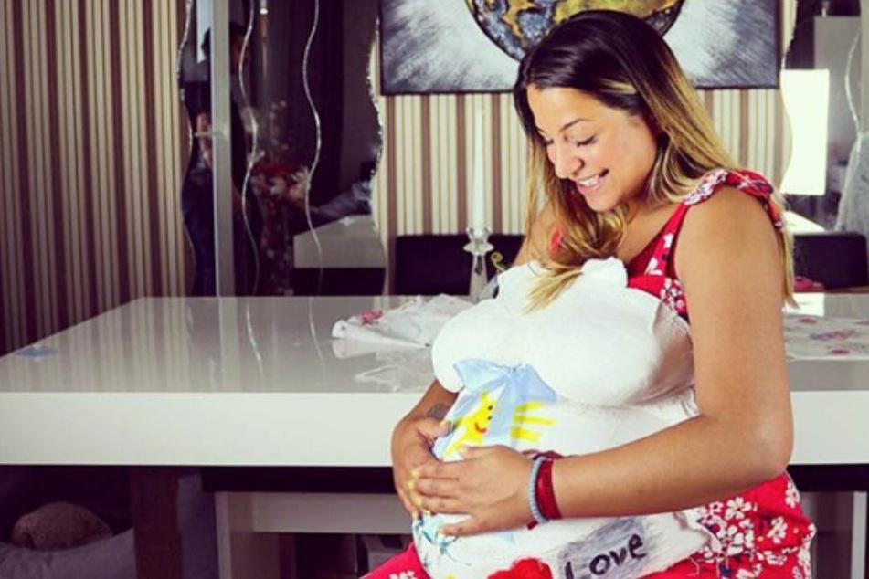 Bei so einer riesigen Babykugel munkeln die Fans, ob Jenefer Riili nicht vielleicht sogar Zwillinge erwartet.