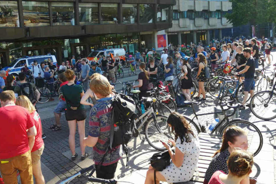Fahrrad-Demo legt Verkehr auf dem Ring in Leipzig lahm