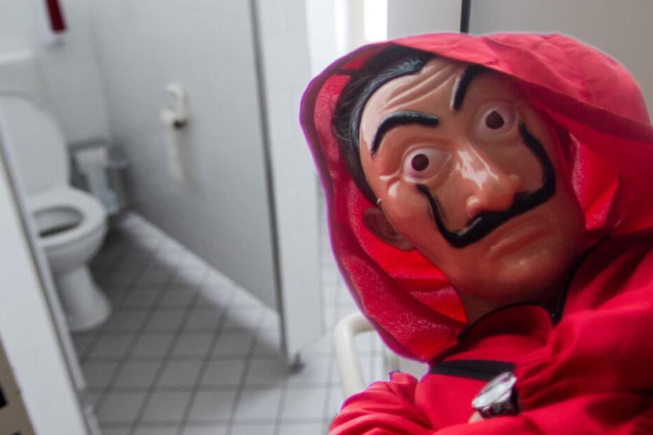 """Teenager von Sex-Täter im """"Haus des Geldes""""-Kostüm in Toilettekabine gezerrt"""