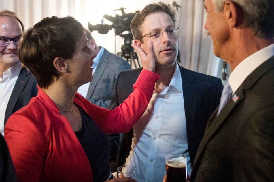 AfD-Vorsitzende Frauke Petry (41) tätschelt auf der Wahlparty ihren Ehemann Marcus Pretzell, 43), der Spitzenkandidat der AfD in NRW war.