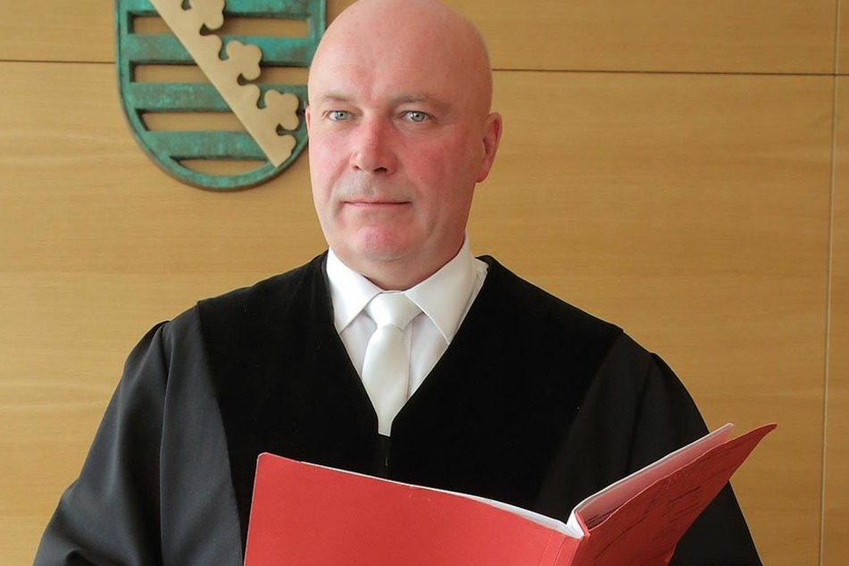 """Richter Arndt Fiedler (54) war """"not amused"""" über die fehlende Angeklagte und unterschrieb einen Haftbefehl."""