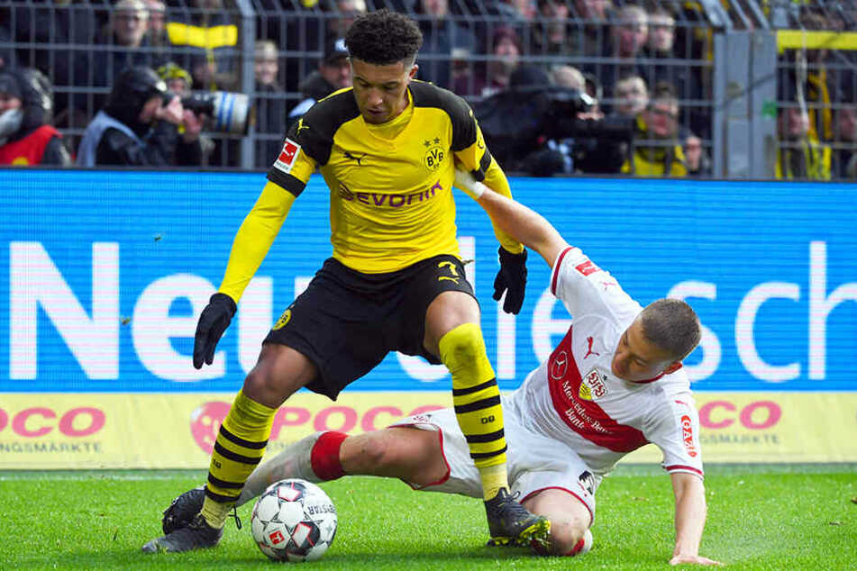 BVB-Star Jadon Sancho (oben) setzt sich gegen Stuttgarts Santiago Ascacibar (unten) durch.