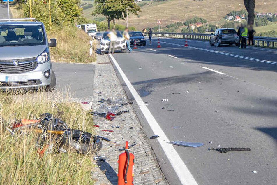Ein 59-Jähriger habe mit seinem Auto auf die Bundesstraße 95 abbiegen wollen, dabei stieß er mit dem Motorradfahrer zusammen.