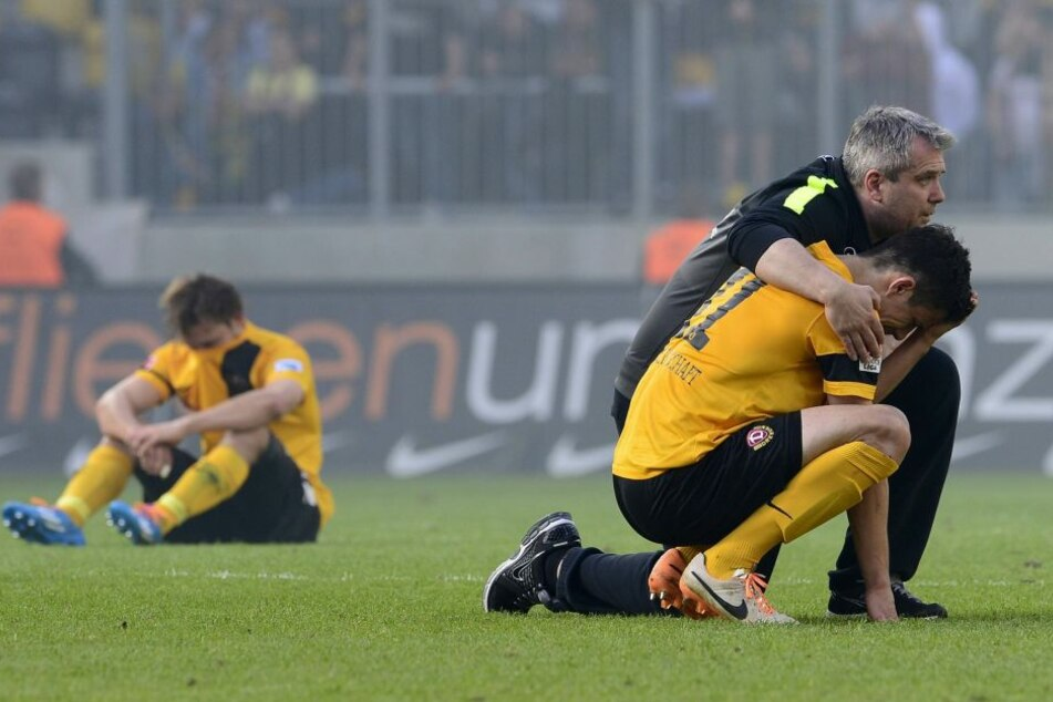Der schwärzeste Tag seiner Karriere: Im Mai 2014 stieg Anthony Losilla mit  Dynamo aus der 2. Liga ab, musste damals von Zeugwart Maik Hebenstreit getröstet  werden.