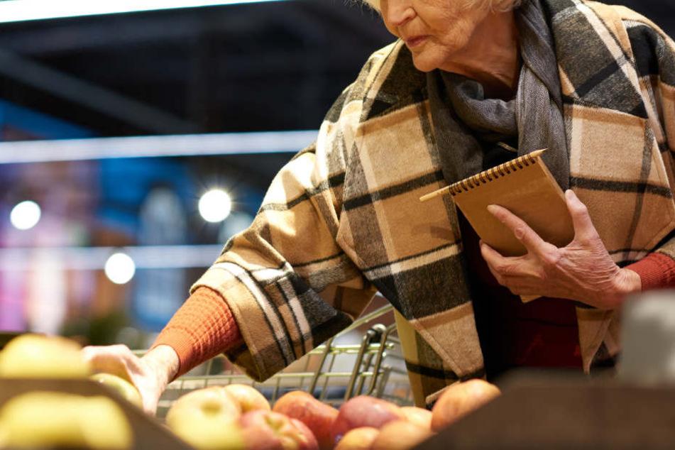 Eine 74-Jährige wollte an einer Kasse mit einem D-Mark-Schein bezahlen. (Symbolbild)