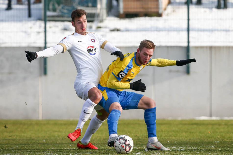 Hat sich in die Mannschaft gespielt: Dominik Wydra (r.) konnte gegen Jena als Abwehrchef überzeugen.