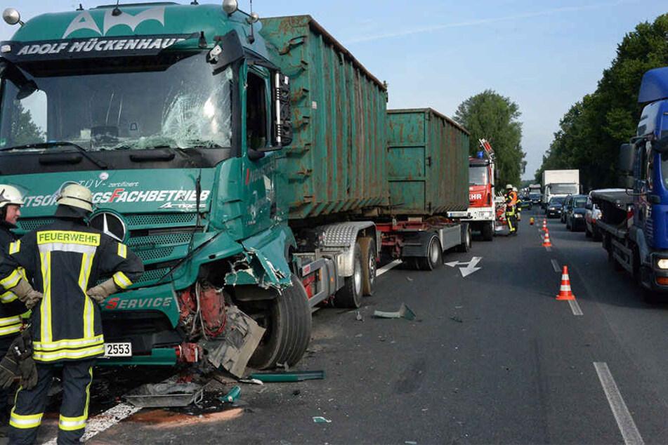 Die Front des hinteren Lkw wurde bei dem Unfall schwer in Mitleidenschaft gezogen.