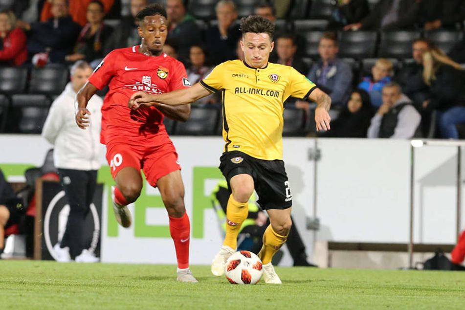 Dynamos Baris Atik (r.) behauptet sich im Zweikampf gegen Großaspachs Joel Gerezgiher.