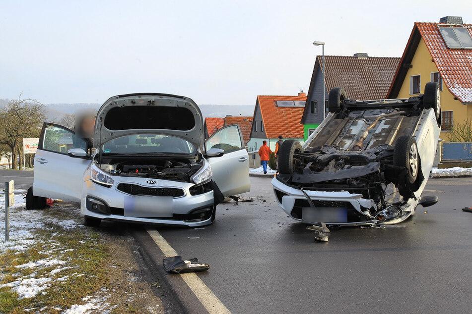 Kia missachtet Vorfahrt und knallt in Hyundai, dieser überschlägt sich und bleibt auf Dach liegen