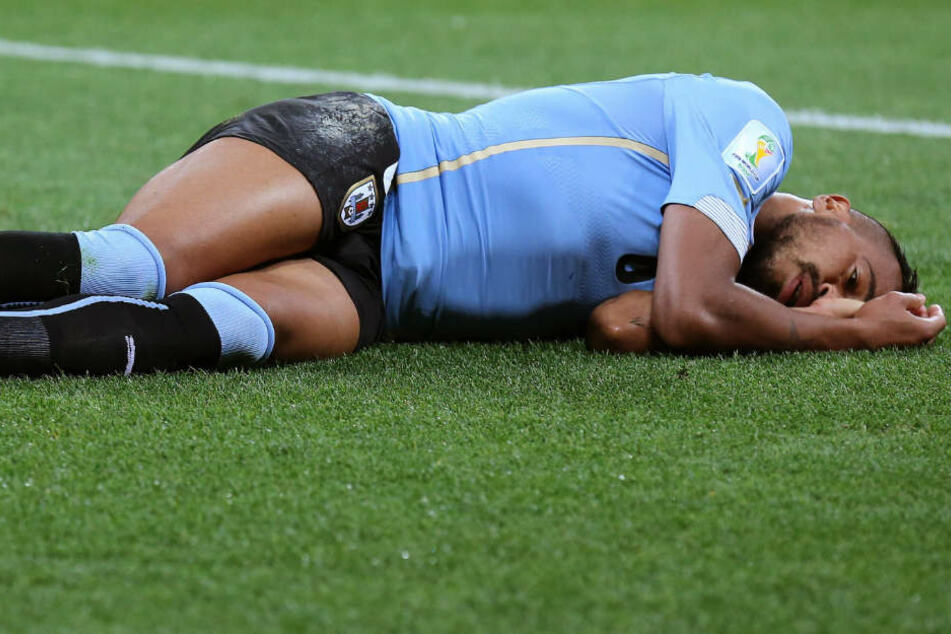 Álvaro Pereira liegt nach einer Gehirnerschütterung im Spiel gegen England auf dem Boden.