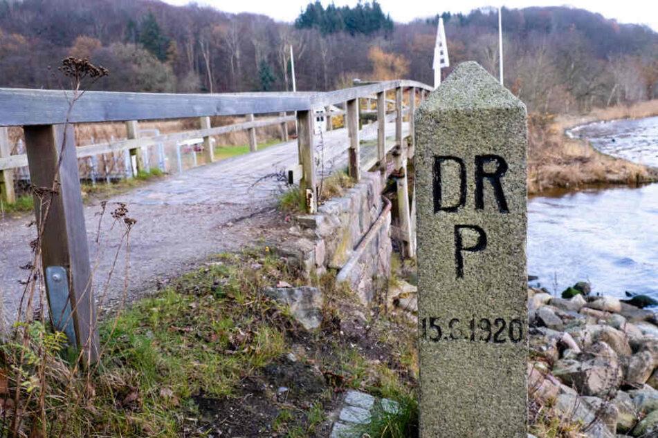 Ein alter Grenzstein steht am Grenzübergang bei Flensburg.
