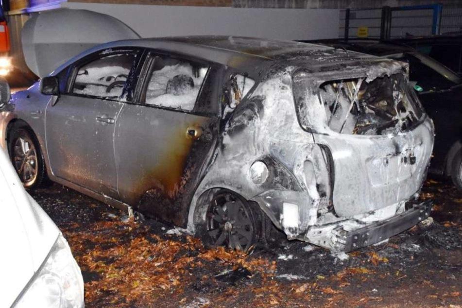 Zeugensuche: Der Toyota Verso war von Unbekannten angezündet worden.