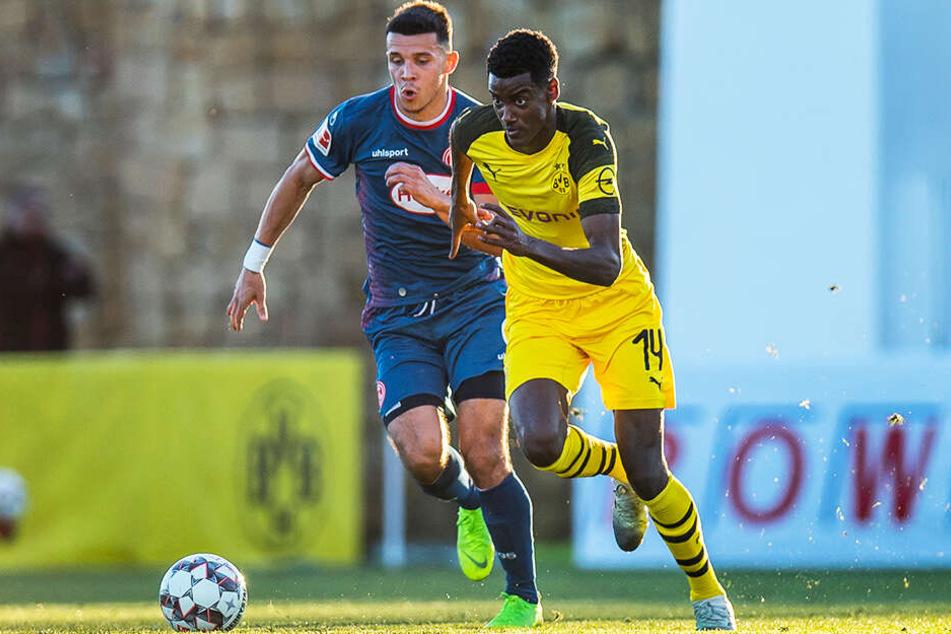 Alexander Isak (r.) wird den BVB wohl in Richtung San Sebastian verlassen.