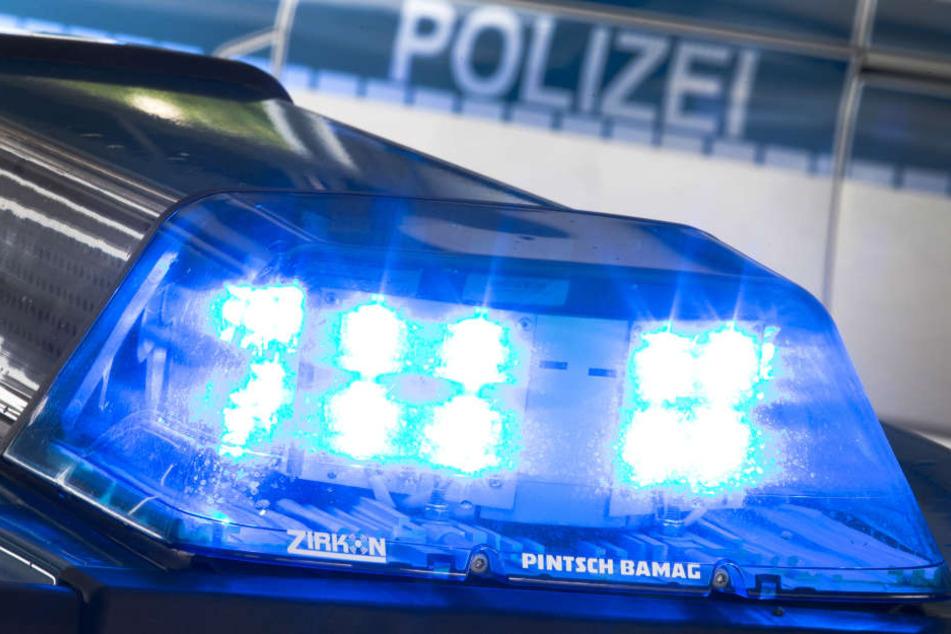 Die Polizei ist mit einem Großaufgebot vor Ort. (Symbolbild)