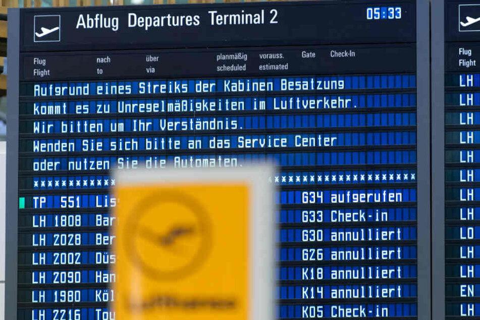 """Zahlreiche Flüge der Lufthansa werden auf einer Anzeigetafel am Münchener Flughafen als """"cancelled"""" ausgewiesen."""