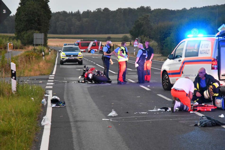Trümmerfeld Landstraße: Der Motorradfahrer musste in eine Klinik geflogen werden.