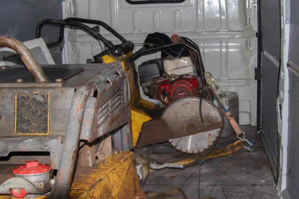 Im Wagen wurde eine Rüttelplatte, eine Betonsäge und ein Kanister mit Dieselkraftstoff gefunden.