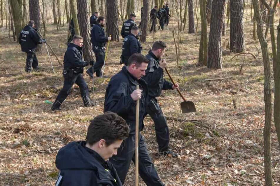 Die Einsatzkräfte suchten Wälder und Wiesen nach der Vermissten ab. (Symbolbild)