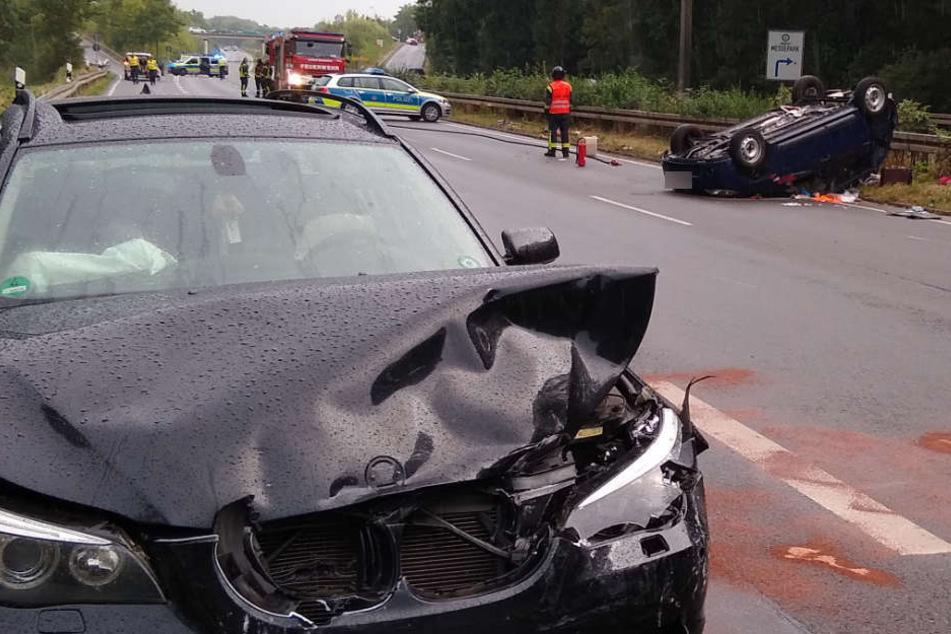 Der BMW-Fahrer rammte den Dacia (r.) und flüchtete anschließend mit einem Kleinkind und mehreren Bierflaschen.