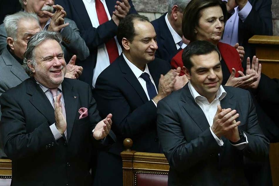 Alexis Tsipras (r), Ministerpräsident von Griechenland, steht applaudierend neben anderen Regierungsmitgliedern (Archivbild).
