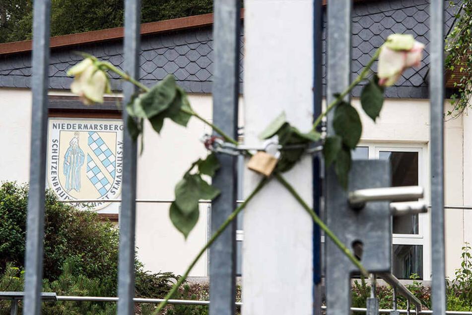 Zwei gekreuzte Rosen sind am 12. Juli 2015 vor dem Tor zum Gelände im Sauerland befestigt worden.