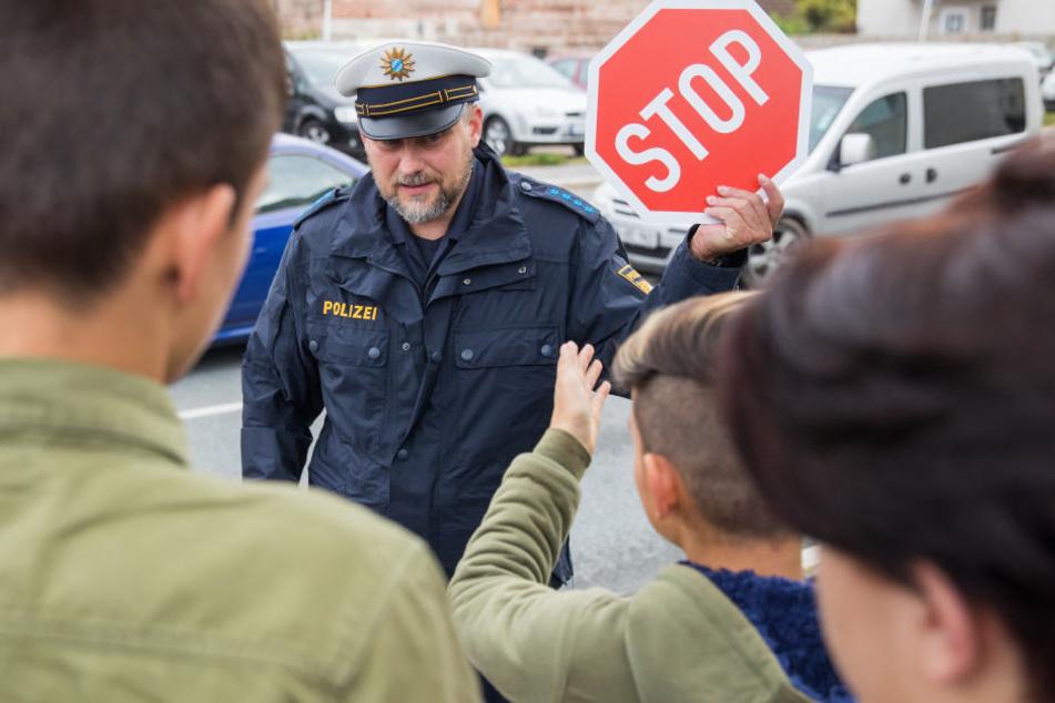 Die jungen Schüler sollen lernen, wie man sich richtig im Straßenverkehr verhält.