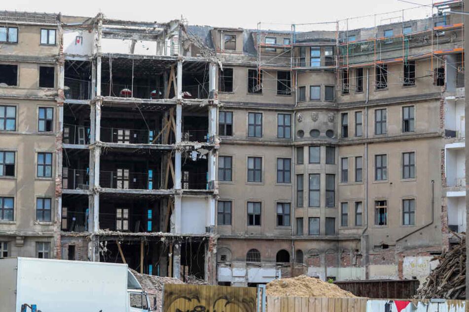 Lediglich die Außenfassade des 1996 geschlossenen Luxushotels bleibt erhalten. Im Bild ist der Hinterhof zu sehen.