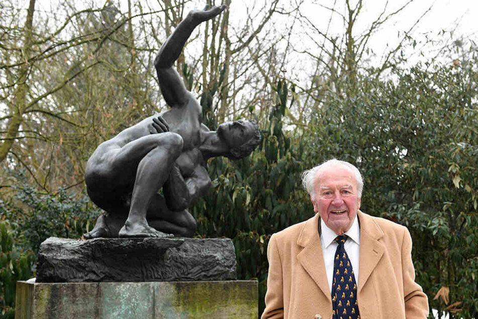 """Johannes Gebbing vor der Max-Klinger-Plastik """"Der Athlet"""", die einst sein Vater erwarb. Die Skulptur steht seit fast 90 Jahren im Zoo."""