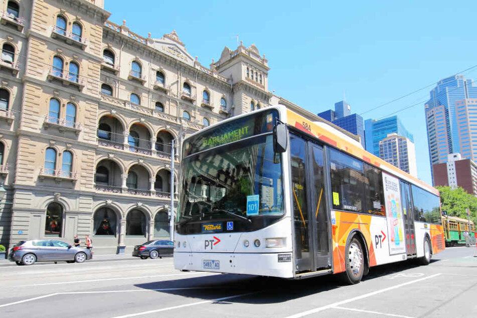 Ein Bus steht an einer Haltestelle in Melbourne (Symbolbild).