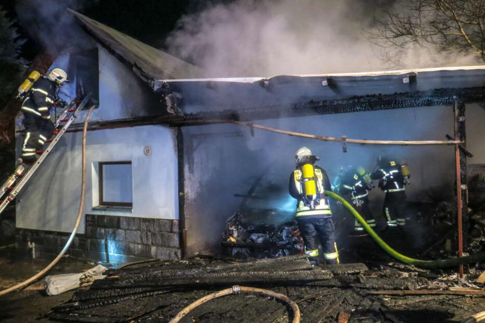Feuerwehreinsatz im Erzgebirge: Carport und Auto gehen in Flammen auf