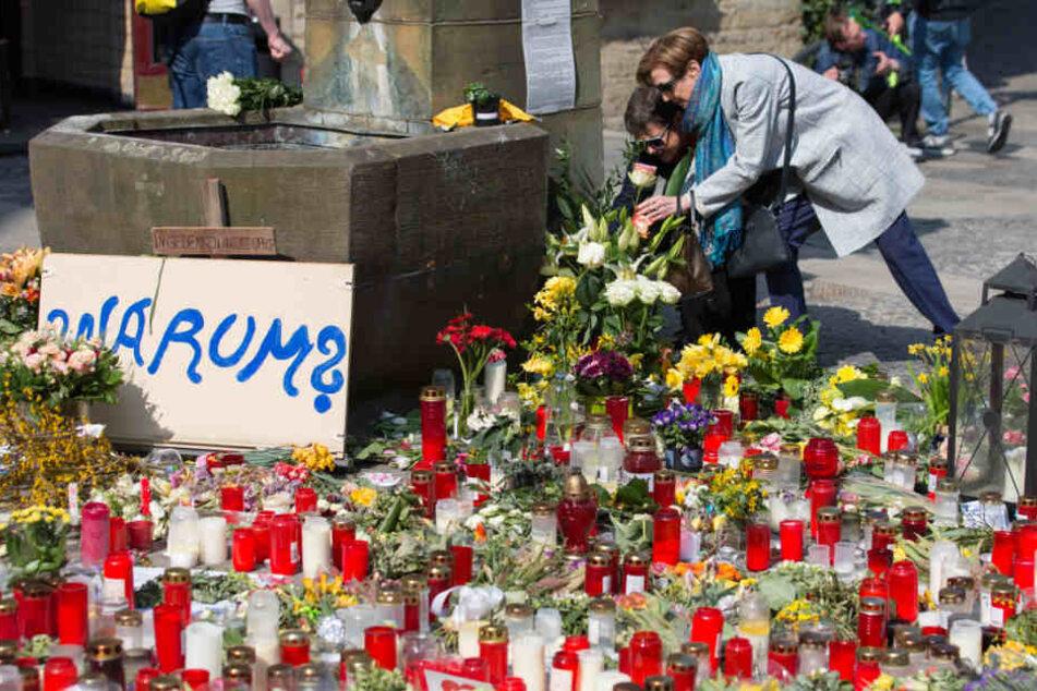 Viele Menschen legten nach der Amokfahrt Blumen nieder und stellten Kerzen auf.