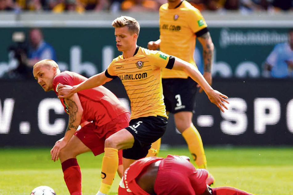 Dzenis Burnic (M.) gegen die Paderborner Christopher Antwi-Adjei und Sven Michel (l.). Um Burnic will Ralf Minge bis zum Letzten kämpfen.