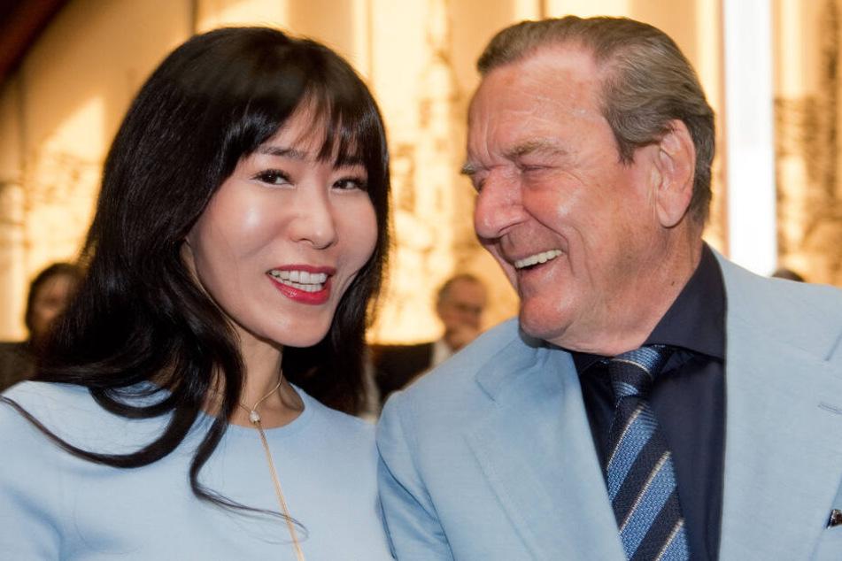 Hat sonst allen Grund zum Lachen: Gerhard Schröder (r.) schaut seine Frau ganz verliebt an.