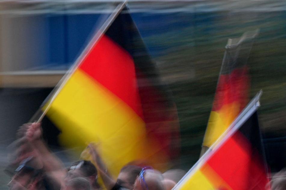 """Männer zeigen in Bahn Hitlergruß, rufen """"Sieg Heil"""" und bespucken Ausländer"""