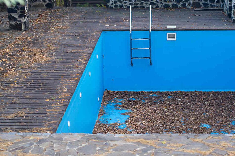 Mann in leerem Schwimmbecken gefangen: Rettung erst am nächsten Tag