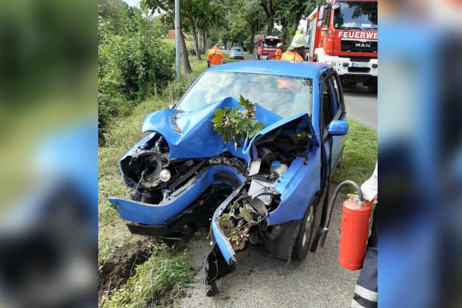 Die Front des Autos wurde komplett zerstört.