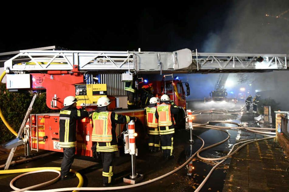 Am Montagmorgen waren die Feuerwehrleute noch mit Nachlöscharbeiten beschäftigt.
