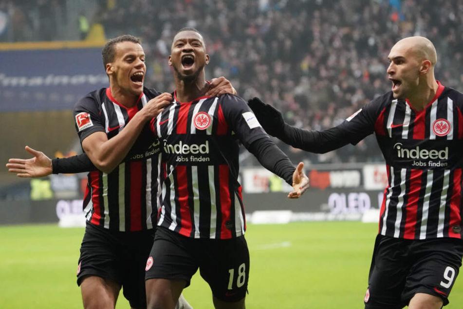 Timothy Chandler (Li.) und Bas Dost (Re.) feiern den fulminanten Treffer von Almamy Touré zum 1:0 für die Eintracht.