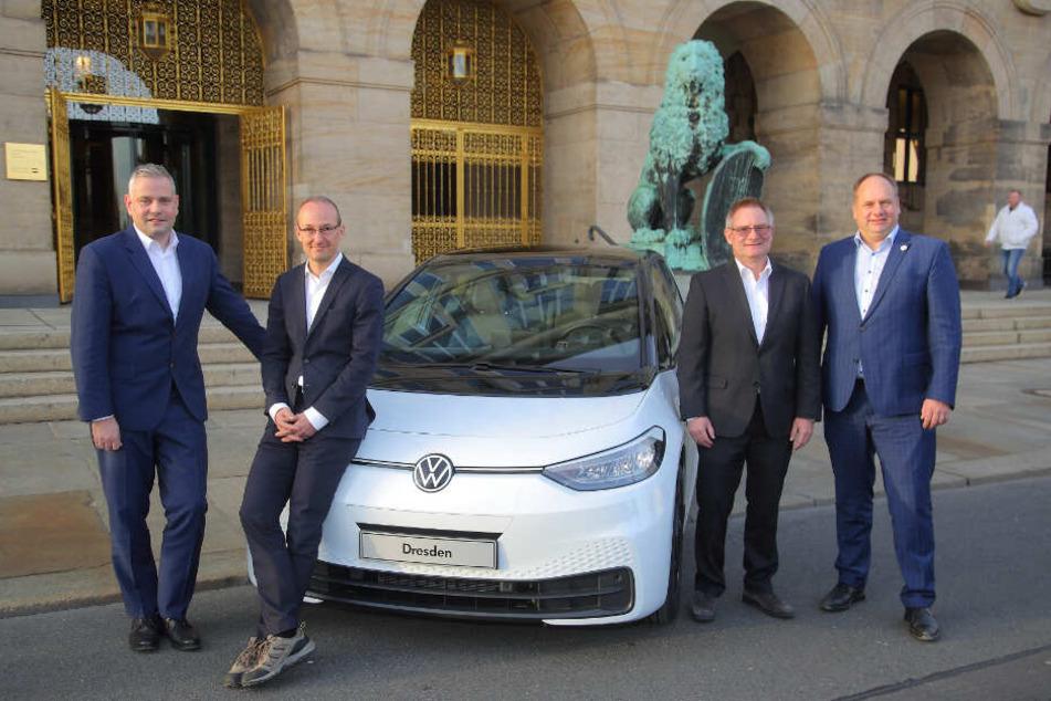 Mit ihnen wird Dresdens Zukunft elektrisch: OB Dirk Hilbert, VW-Finanzchef Matthias Bursig mit Robert Franke von der Wirtschaftsförderung und Manufaktur-Boss Lars Dittert (v.r.).