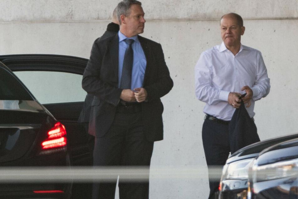 Olaf Scholz (r, SPD), Vizekanzler und Bundesfinanzminister, kommt zum Koalitionsausschuss.