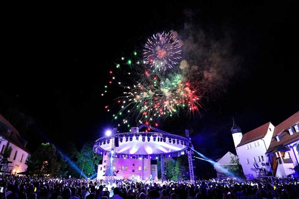 """Große Show, großes Feuerwerk, immer ausverkauft: """"Die Schlager des Sommers"""" sind eine feste Größe im Wasserschloss Klaffenbach."""