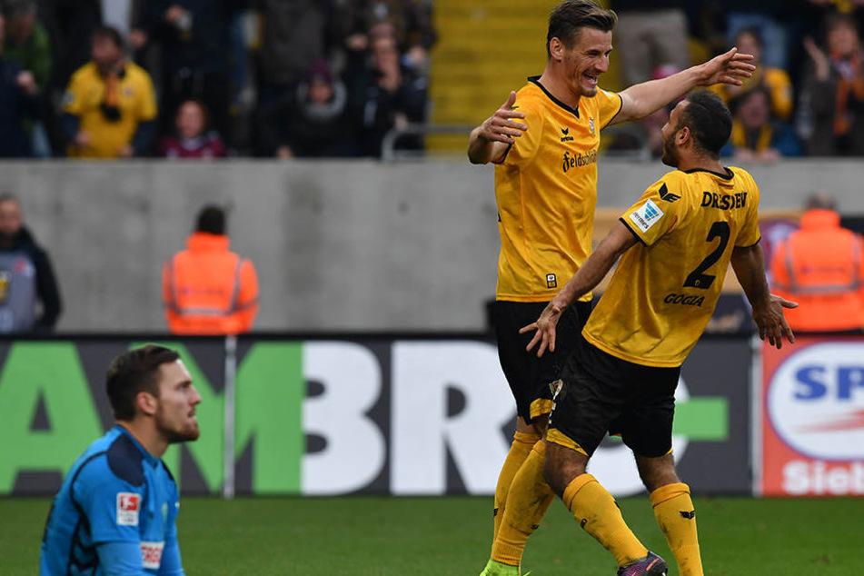 Es läuft einfach rund bei Dynamo:  Doppeltorschütze Akaki Gogia (r.) freut sich mit Stefan Kutschke nach dem 2:0  gegen Fürth.