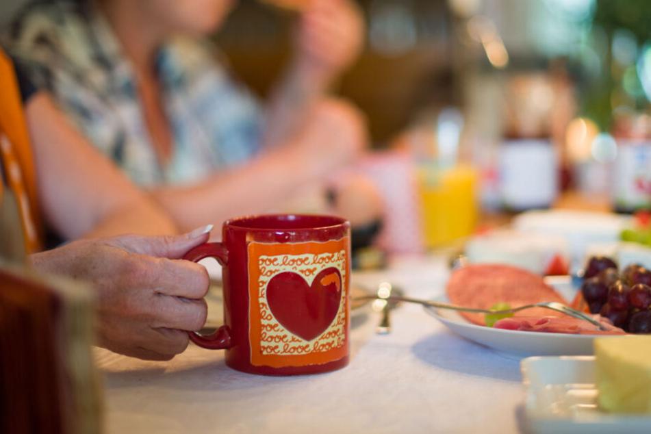 Gemeinsames Frühstück mit dem privaten Gastgeber gehört beim Couchsurfing auch dazu. (Archivbild)