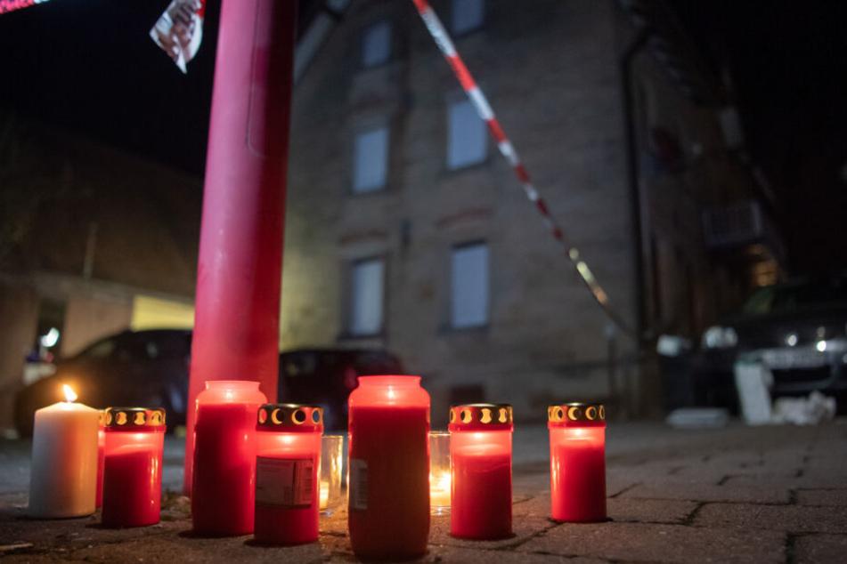 Menschen haben Kerzen am Tatort aufgestellt.