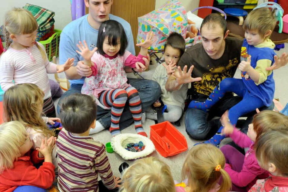 In den 2928 sächsischen Kitas betreuen 31.897 Erzieher 48.462 Kinder unter drei und 128.362 Kinder ab drei Jahren. Es fehlen etwa 17.400 zusätzliche Erzieher.