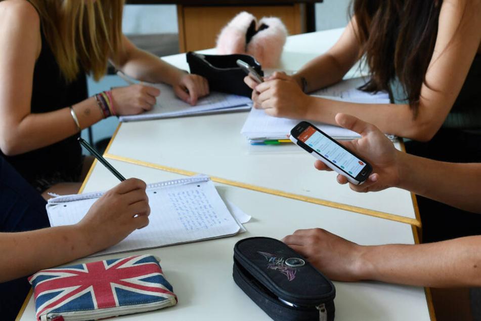 Smartphones an Schulen sorgen häufig für Probleme. (Symbolbild)
