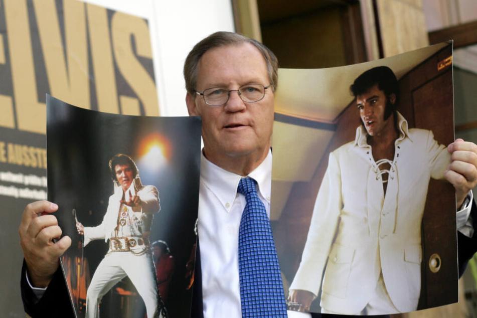 """Ed Bonja, ehemaliger langjähriger Elvis- Presley-Konzertfotograf, zeigt zur Eröffnung der Sammlung """"Elvis - Die Ausstellung"""" zwei seiner bekanntesten Bilder."""